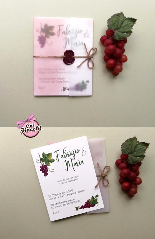 Partecipazione a tema autunnale con uva in carta trasparente e ceralacca bordeaux.