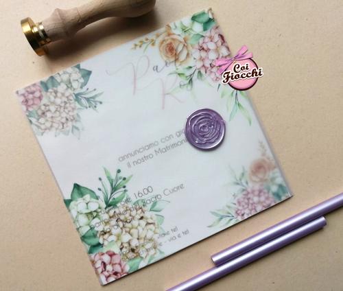 invito nozze con sigillo in ceralacca e fiori su carta trasparente