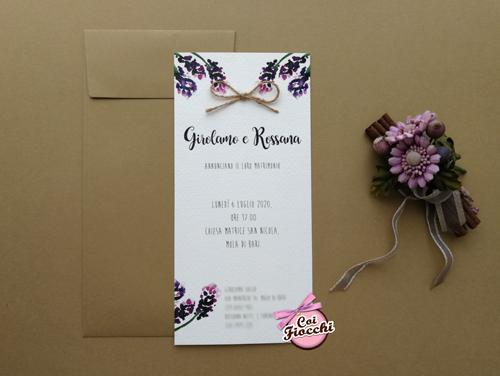 Partecipazione nozze rustica con fiori di lavanda dipinti.