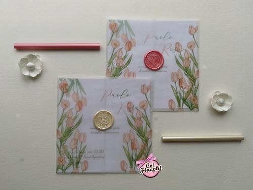 Partecipazioni boho chic con tulipani su carta trasparente e sigilli in ceralacca.