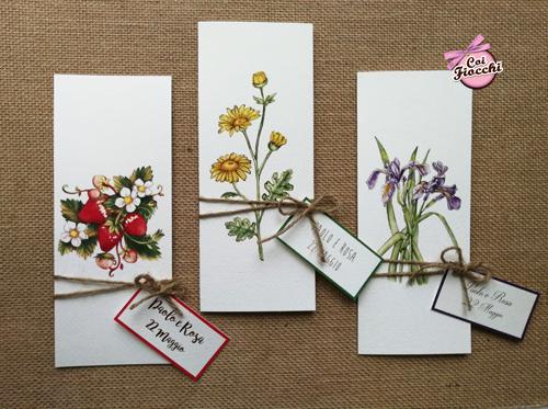 Partecipazioni rustiche con fiori di campo: margherite, iris e fragole.