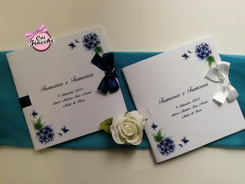 Libretti matrimonio quadrati con ortensie disegnate e fiocchi di raso colori personalizzabili