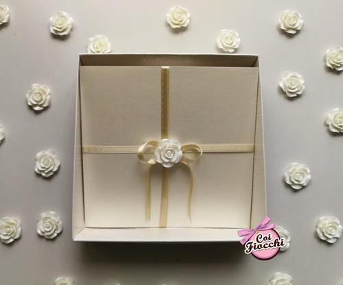 partecipazione in scatola quadrata elegante con fiorellino e raso