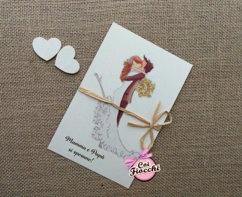 partecipazione in carta riciclata simpatica con disegno sposi che si abbracciano.