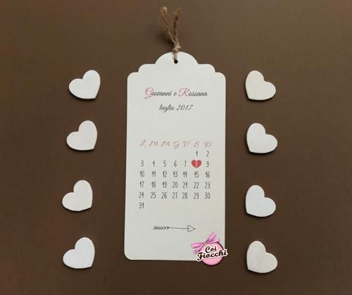 partecipazione nozze shabby chic sviluppata in verticale con calendario e fiocchetto in spago