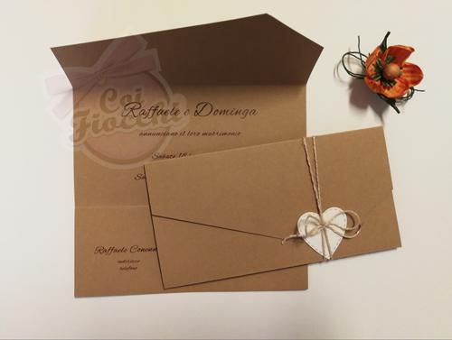 Partecipazione nozze rustica in carta kraft ad ante con tag a forma di cuore