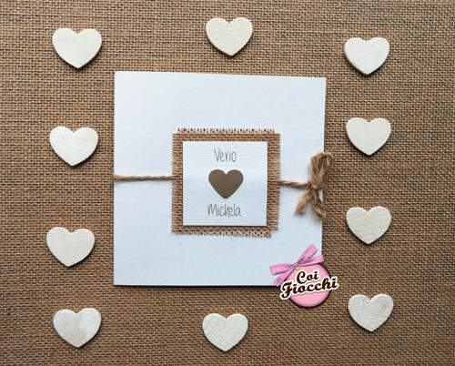 partecipazione-nozze-con quadrato centrale in juta e un altro sovrapposto in carta con cuore