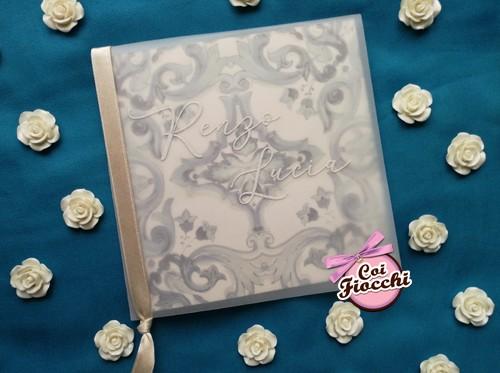 Partecipazione nozze elegante in carta trasparente a tema maiolica.