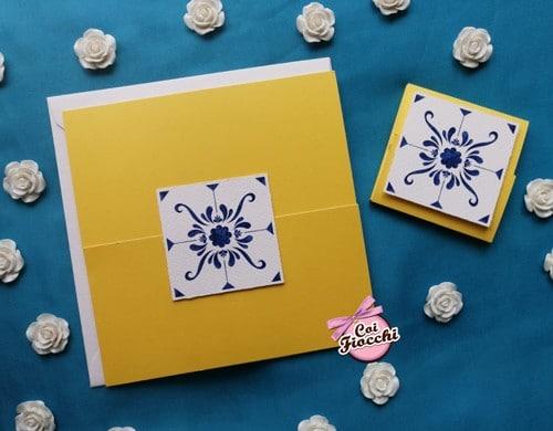 partecipazione matrimonio gialla con maiolica blu e segnaposto coordinato