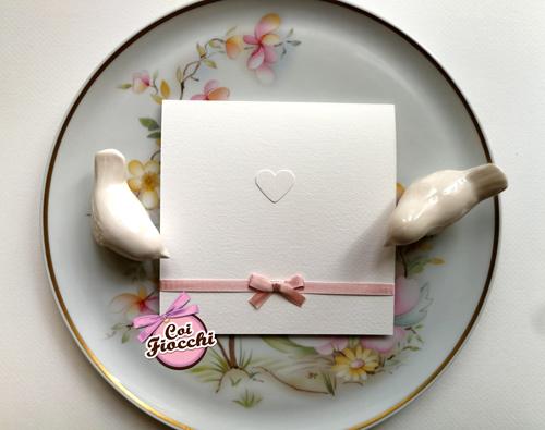 Partecipazione di matrimonio elegante e semplice in stile shabby con raso rosa