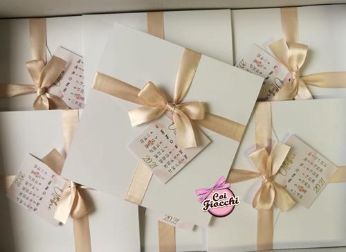 Partecipazioni matrimonio eleganti e semplici con raso color pesca e tag con calendario.